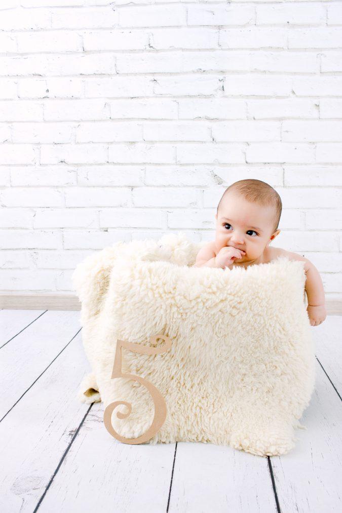 Set infantil 5- Pared de ladrillo blanco y piso blanco