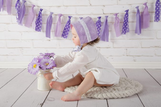 Set Infantil 6 - Pared de ladrillo blanco y piso de madera con guirnalda morada